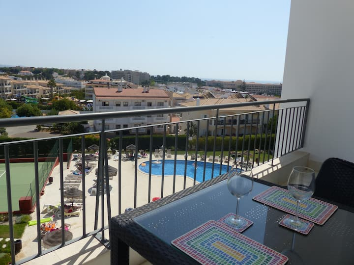 Top floor 1 bedroom apartment with pool & sea view