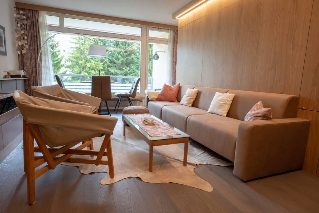 Tagsüber: Bequemes Sofa mit viel Platz für zwei und mehr Personen. Mit den beiden Sesseln vom Balkon kann das Sofa zu einer Sitzgruppe ergänzt werden.