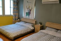 院子四人渡假小房位在都蘭糖廠週邊,步行可至7-11便利店,街上覓食,院子裡有吊床,搖椅提供使用