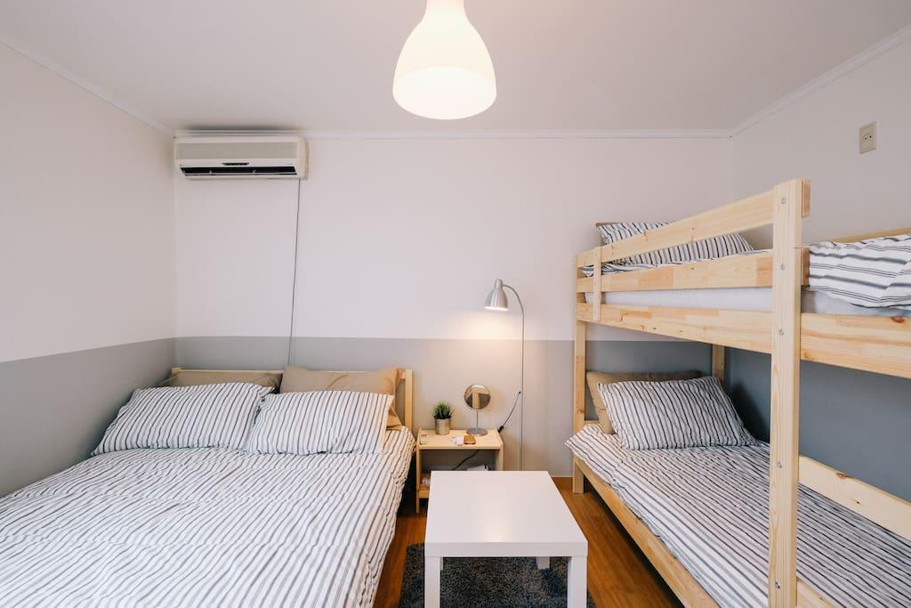 1 Queen bed & 1 Bunk bed (2 singles)