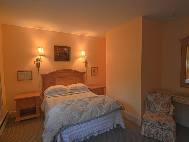 Rip Van Winkle Room: 1 queen bed