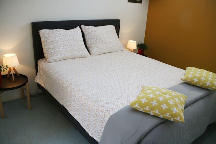 De slaapkamer (met airco) heeft een boxspring van 160x200. Desgewenst kan hier 2 eenpersoonsbedden van gemaakt worden. Kijk vanuit het comfortabele bed door het dakraam naar de sterrenhemel (of sluit de verduisterende gordijnen).