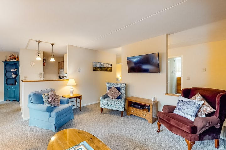 Welcoming condo w/ 3 shared pools, hot tub - easy access to golf & slopes!