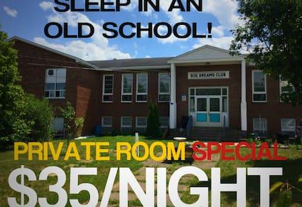 1 Room in Old School 25 mins from Hopewell Rocks!