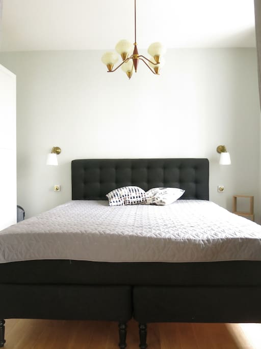 The master bedroom with plenty of storage space and a 180 x 200 cm bed.