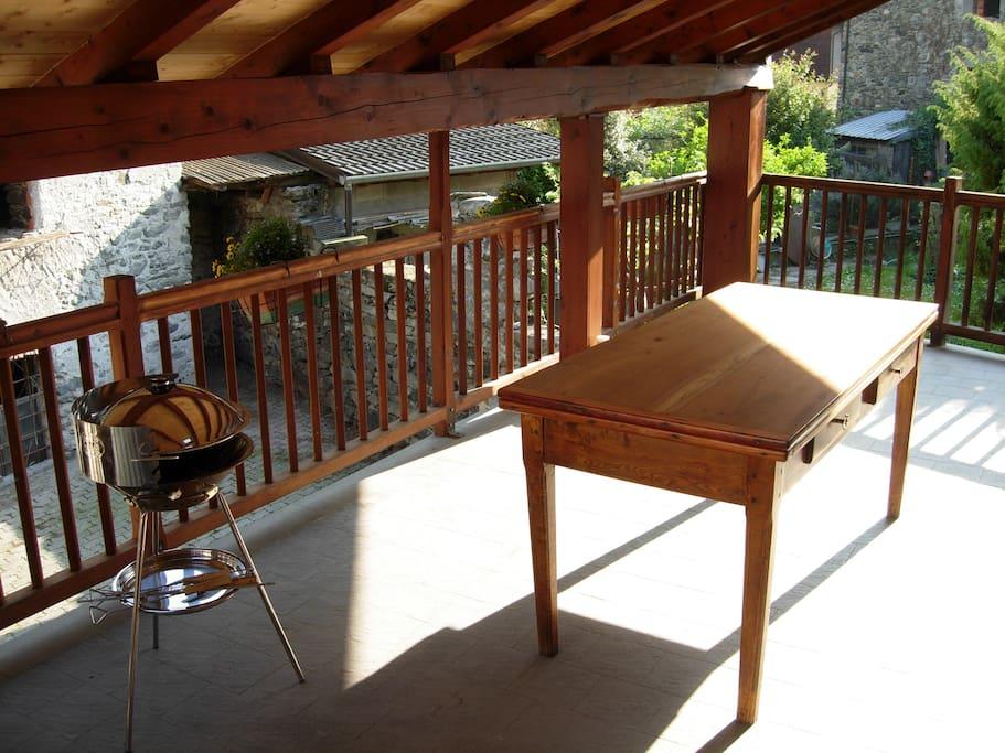 veranda coperta con barbecue