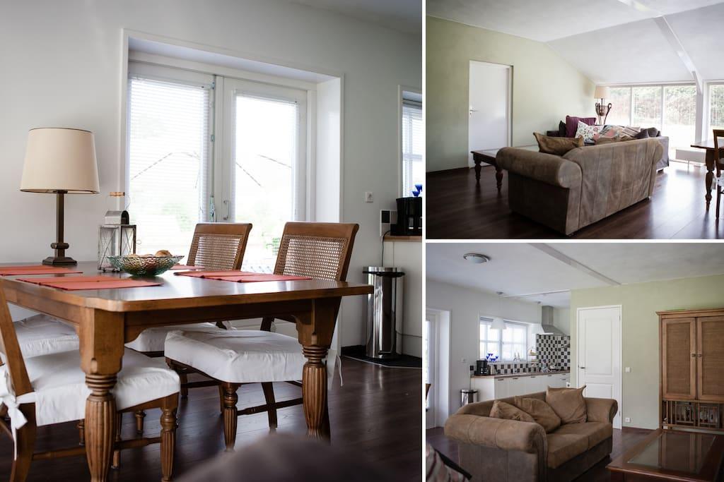 De woonkamer is voorzien van een ruime eettafel en een gezellig zitje met tv en internet- aansluiting.
