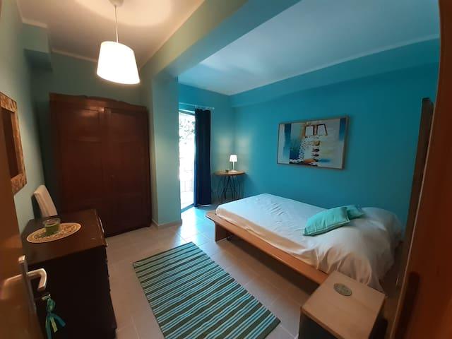 letto  1 piazza e 1/2  ( comodo per due) uscita privata in giardino , bagno privato fuori della stanza,  zanzariere .