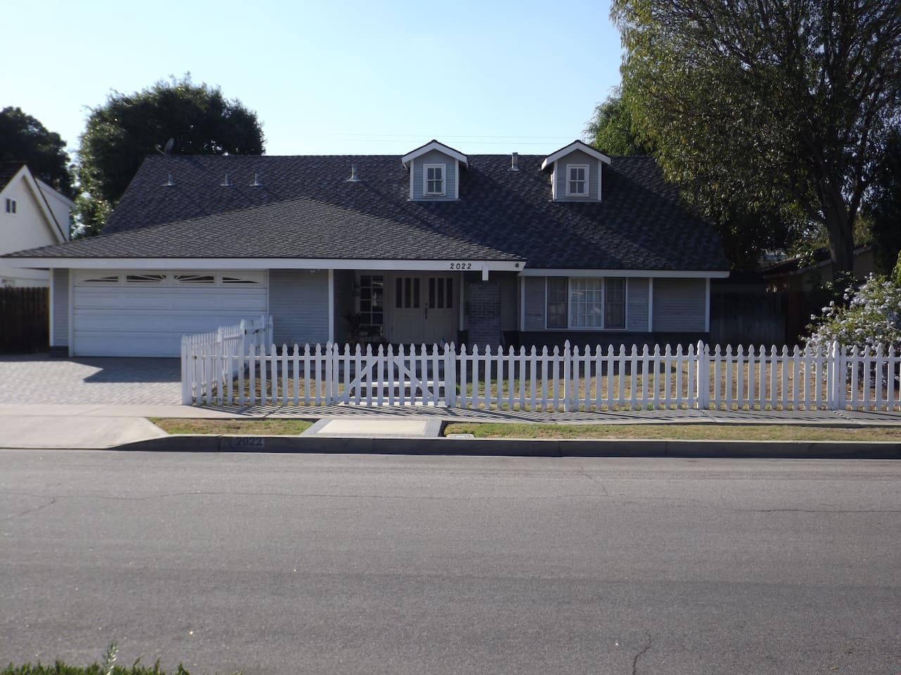Nice home in the city of Orange. Six miles from Disneyland. Two bedrooms available.