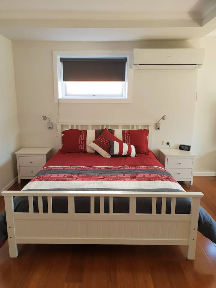 Modern Studio apt, close to shops & transport