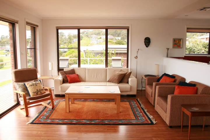 Views, dog friendly, spacious, 300m to main beach - Pambula Beach - House