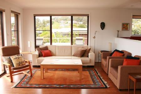 Views, dog friendly, spacious, 300m to main beach - Pambula Beach - Casa