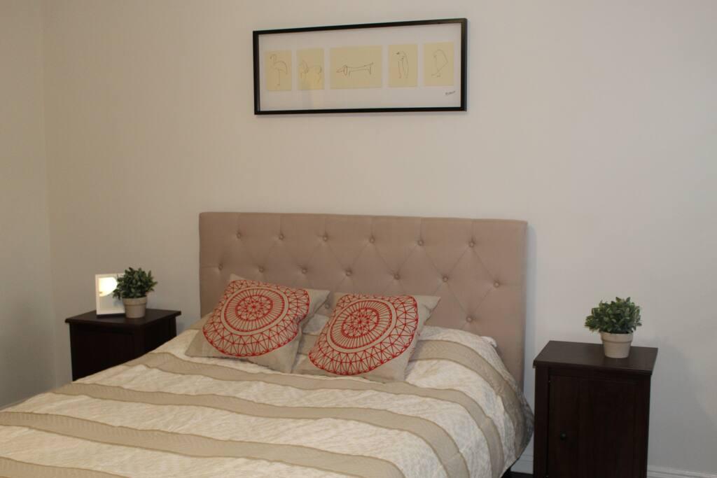 Master bedroom, queen size bed