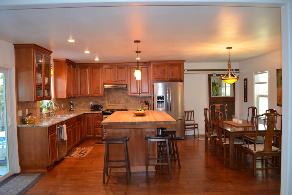 Large open floor plan for kitchen and dining