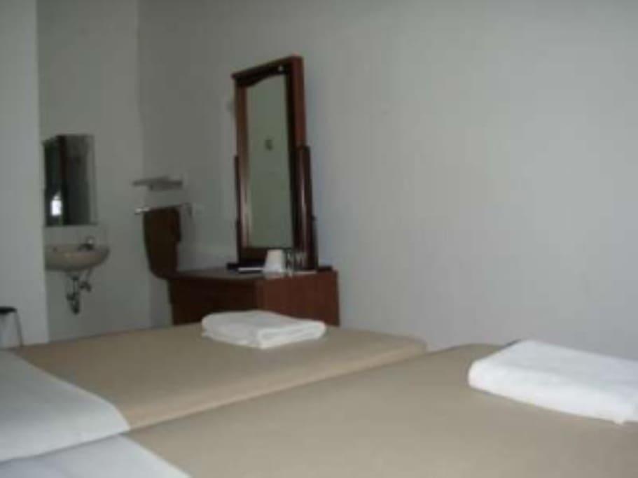 kamar standar dengan air panas