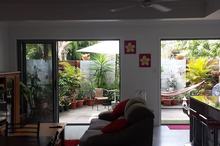 Our 1 bedroom beach side apartment with all amenities provides a fantastic holiday, only 200 meters to the best beach and easy access to Byron Bay. For those who have trouble with mobility we offer a internal lift to access the upstairs ensuite.