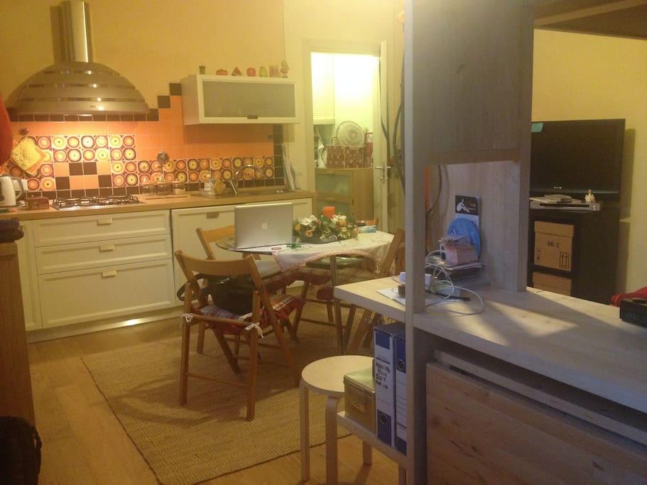 Monolocale a pochi passi dal centro appartamenti in - Cosce aperte sotto il tavolo ...