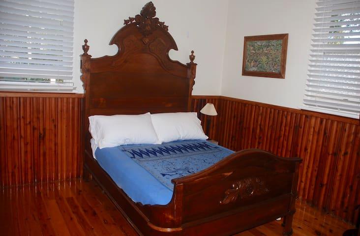 Guest Bedroom (double bed)