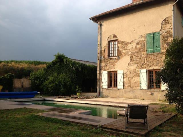 Chambre dans maison- monts du Lyonnais - LARAJASSE