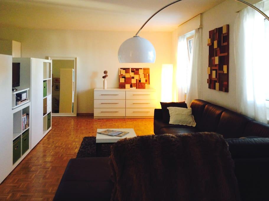 gemütliche Couch mit 360° drehbarem TV, ermöglicht entspanntes Fernsehen im Bett