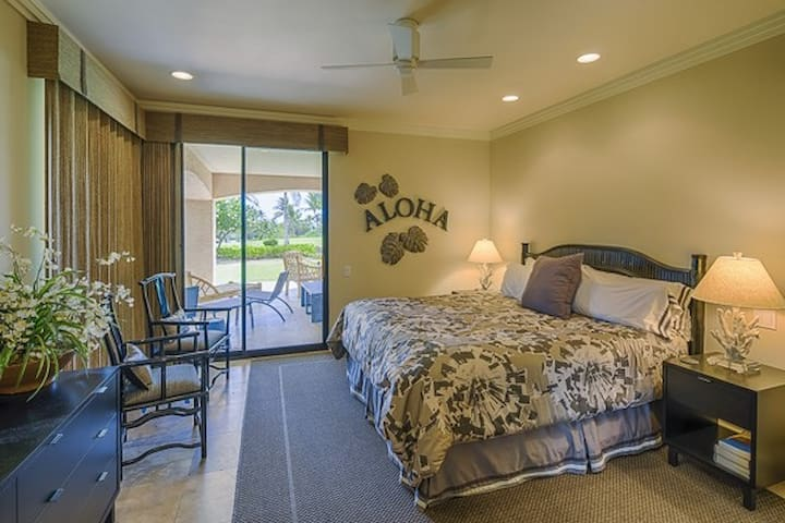 Master Bedroom Aloha!  Luxurious King orthopedic mattress,  hotel collection bedding, Sony TV with 200 channels, walk-out to fountains and the lanai, ensuite bathroom.