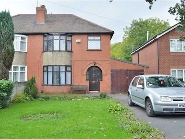 Room to let in large house - Hindley Green - Bed & Breakfast