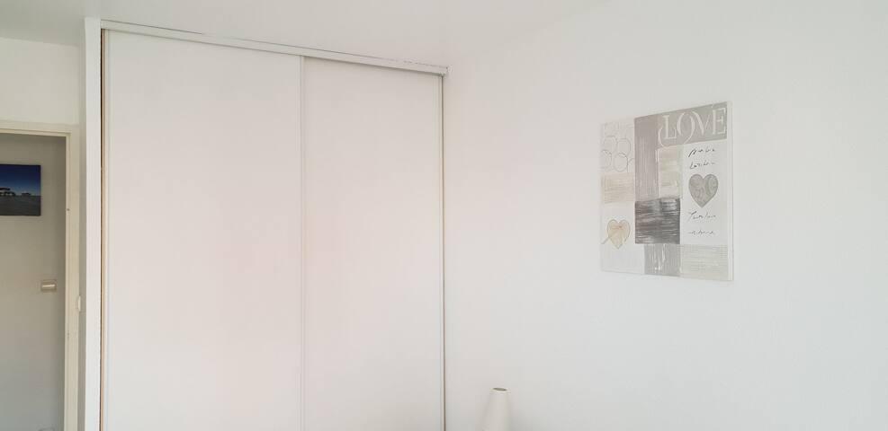 placard aménagé de la chambre