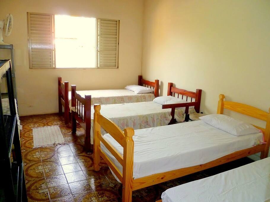 Quarto Hóspedes: Agora com cama de casal, duas camas de solteiro, penteadeiras prateleiras e ventilador.