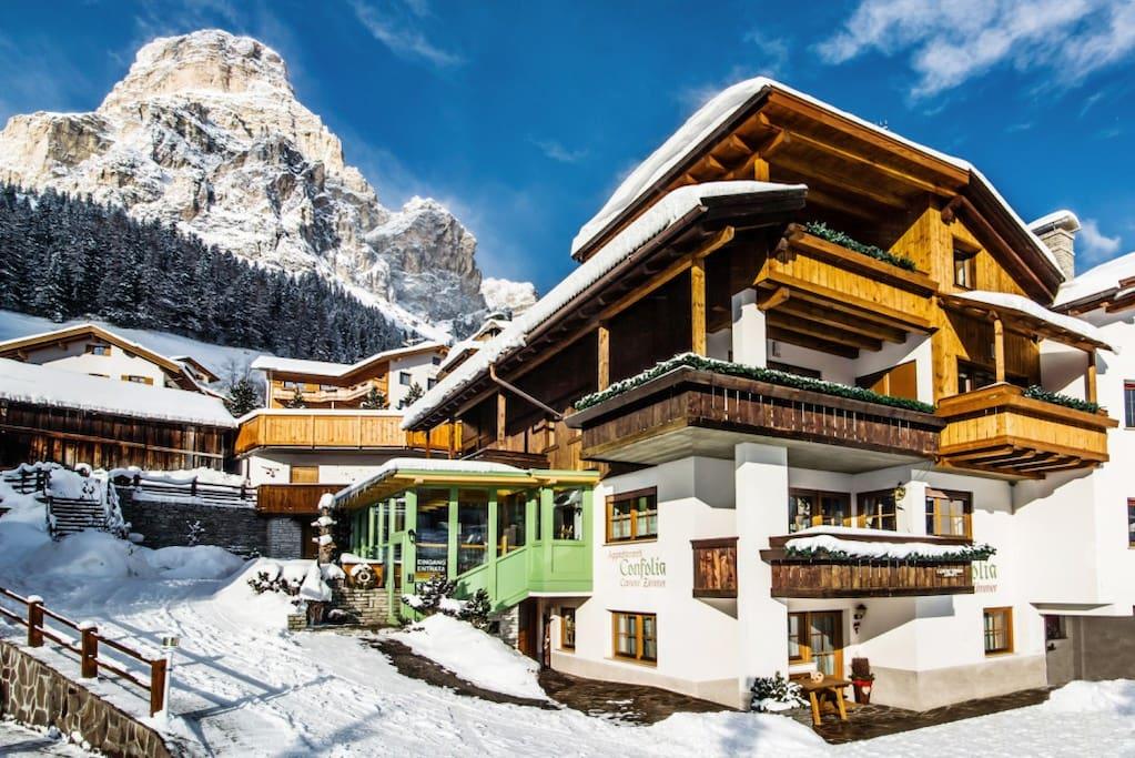 La nostra casa vista dall'esterno con il monte Sassongher sullo sfondo
