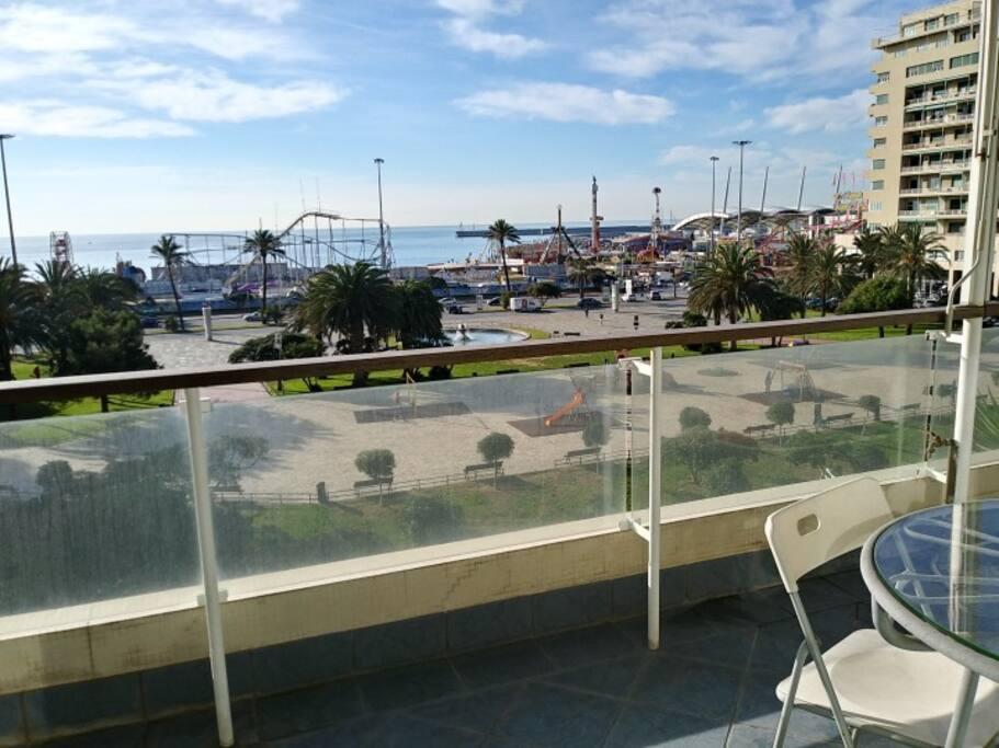 L'ampio balcone/terrazza affacciato sul mare.