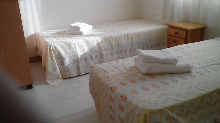 2 éénpersoons bedden met ruimte voor een derde bed, inbouwkast