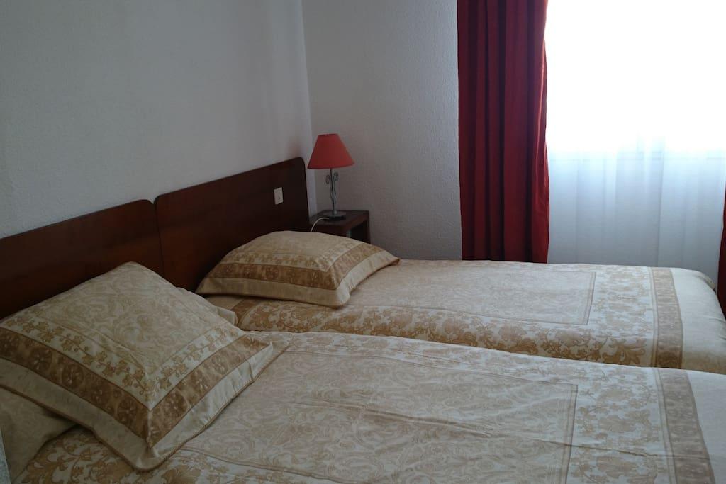 Chambre à coucher avec 2 lits simples