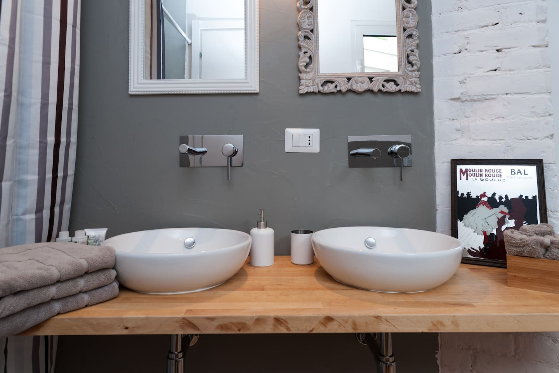 Bagno con doppio lavandino / Bathroom