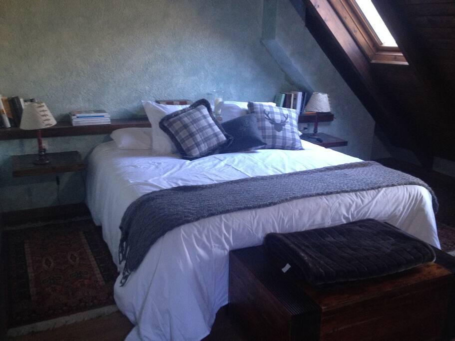 Habitación 1 principal ,cama 1,80x1,90 king size.Mira las estrellas desde la cama!!