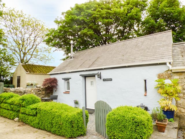 THE OLD STABLE, pet friendly, with open fire in Wolfscastle, Ref 4349