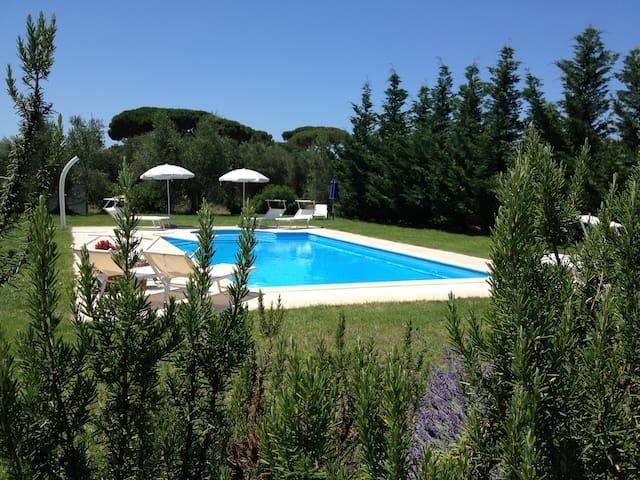 villa di campagna con piscina privata
