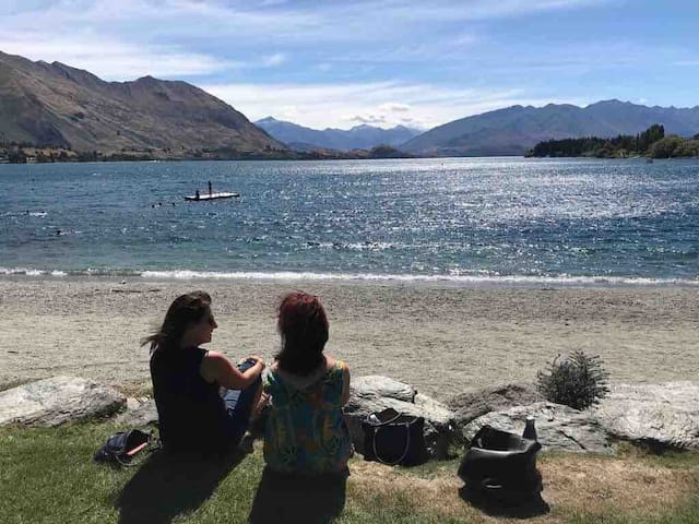 In 15 minutes drive you can be sitting on the edge of Lake Wanaka, ideal for swimming, kayaking and to walk around. The village of Wanaka is very lively and chic, with great restaurants, shopping and cafes.
