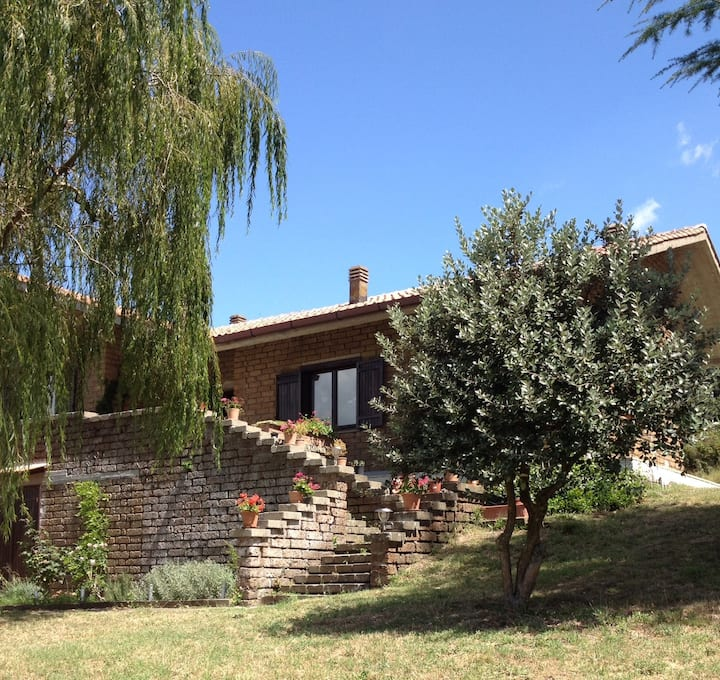 Garden flat in 4-hectare grounds an hour from Rome
