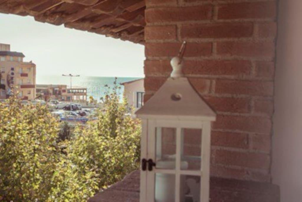il mare è proprio davanti alla casa - sea is very close from here