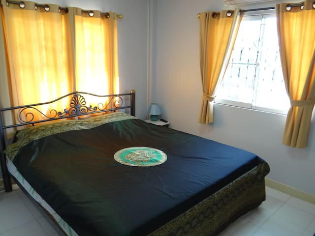 Double bedroom   N°2 on the 1st floor, with King size bed and very comfortable latex mattress, wifi and cable TV. Sleeping capacity  = 1 couple/ 2 persons