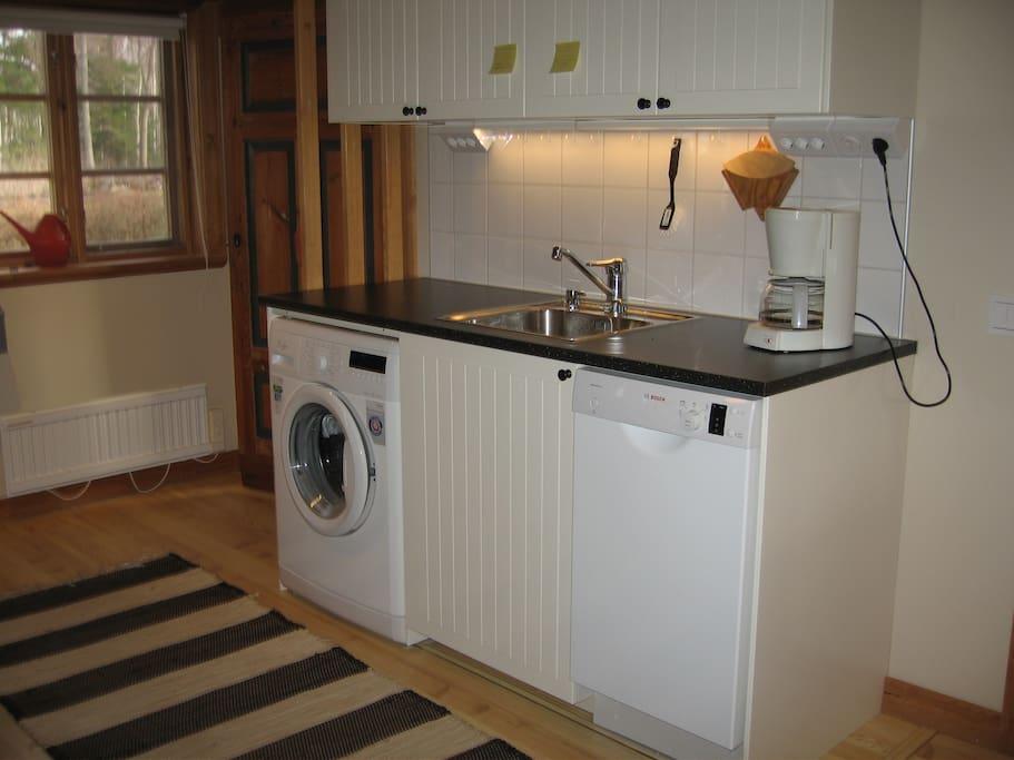 En del av köket med diskmaskin o. tvättmaskin