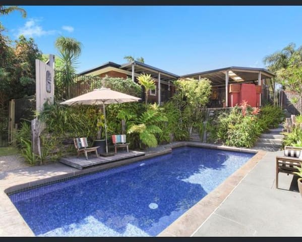 Private tropical oasis. Easy to M1, Gold Coast A1.