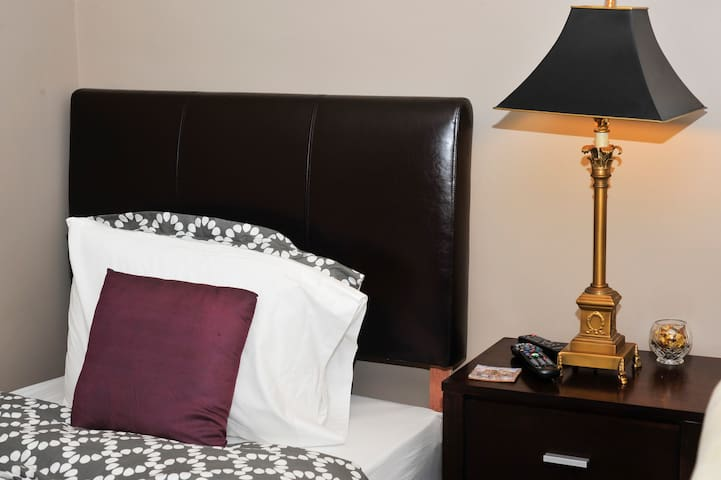 Middle bedroom - Enjoy a restful sleep or curl up with a great book