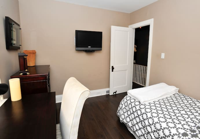 Middle Bedroom - Perfect for study or relaxing with this flat screen cable TV & WIFI