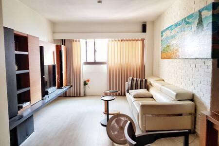 一中商圈電梯新裝潢Kozy apartment in city center 木頭地板風格