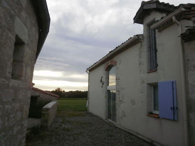 Ancienne étable rėnovée près Agen - Bon-Encontre - House
