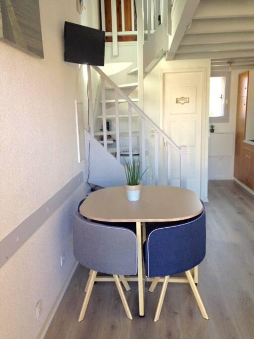 Salon - Tables et 4 chaises - Télé