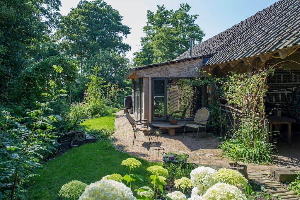 Prive-tuin en -terras achter de b&b