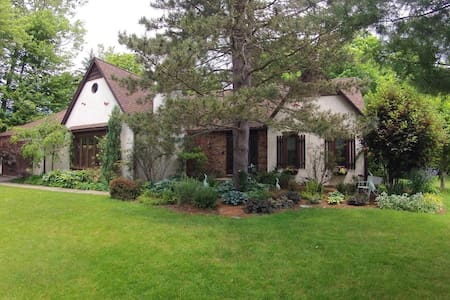 Lovely Home in the Burbs - East Amherst - Hus