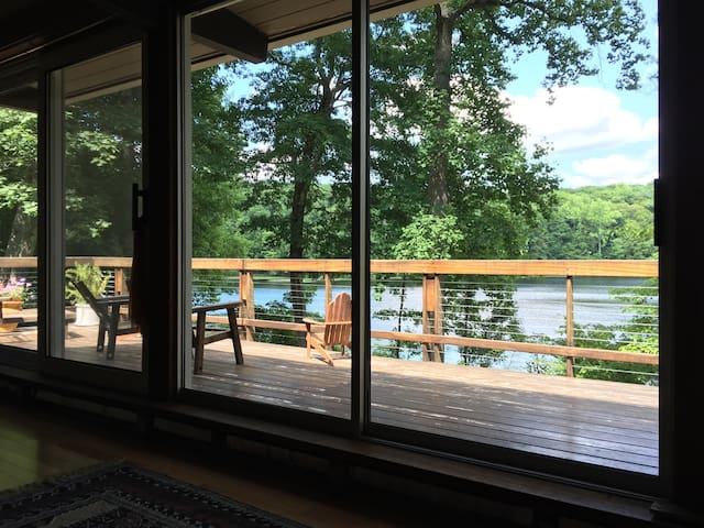SPACIOUS LAKEFRONT GETAWAY-Serenity 90min from NYC